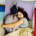 泰国美女抱捆屍入睡